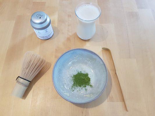 matcha latte met lokaal keramiek